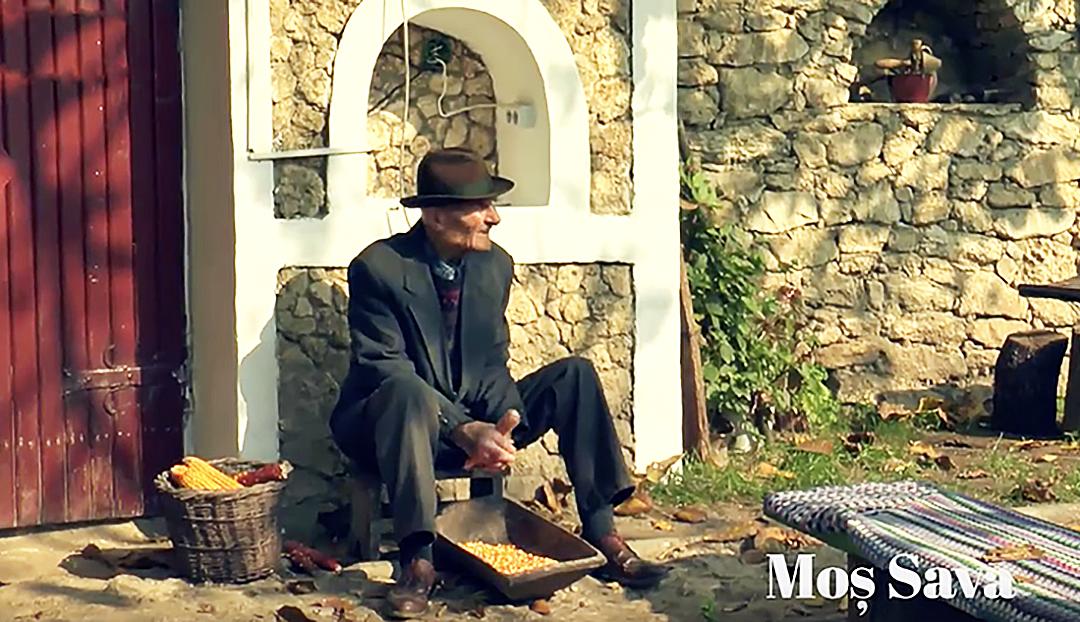 Cel mai bătrân moldovean din regiune fredonează cântece la gura beciului